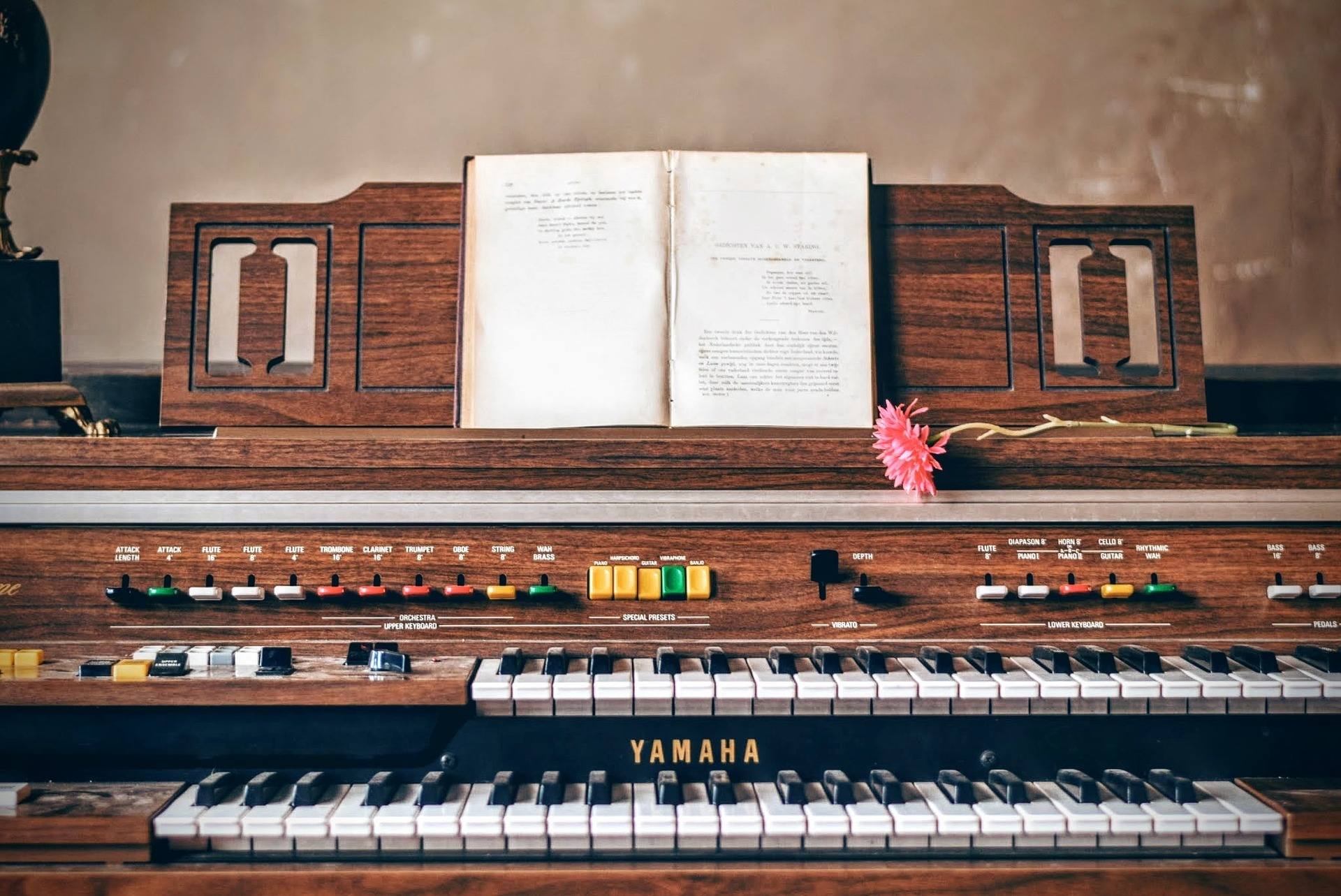 the pros and cons of learning the piano online